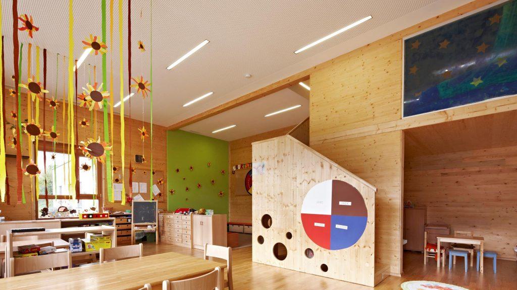 Der Kindergarten in Übelbach besticht durch seine wunderschönen Sichtelemente aus heimischer Fichte und begeistert die Kinder mit seiner bunten Natürlichkeit.