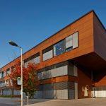 Diese Schule nähe Linz macht mit ihren Massivholz Elementen Lust aufs Lernen