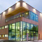 Der moderne, dreigeschossige Bau wurde ökologisch mit Massivholzbau-Elementen errichtet.