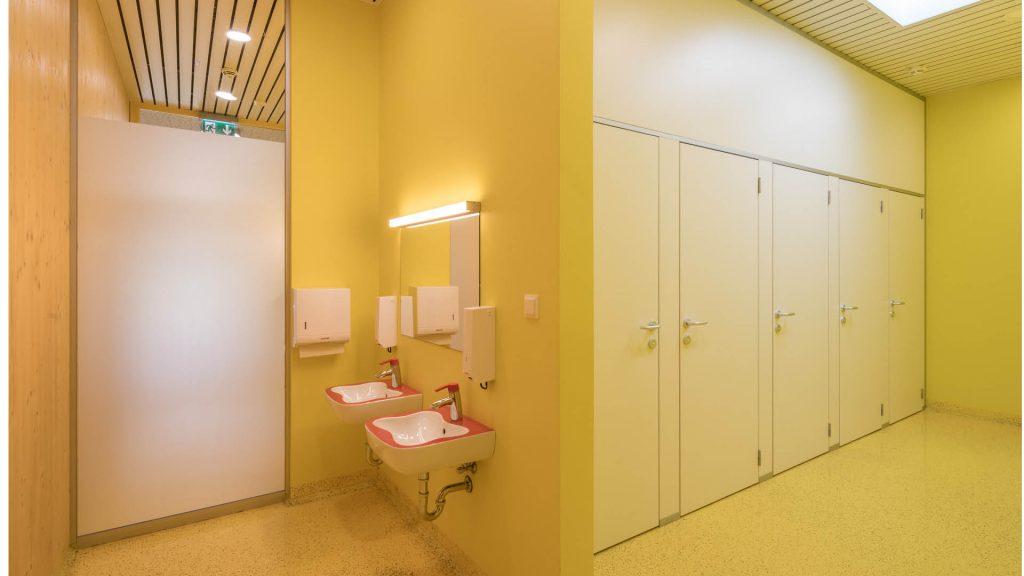 Auch die Sanitärräume der VS Götzendorf strahlen durch Liebe im Detail.