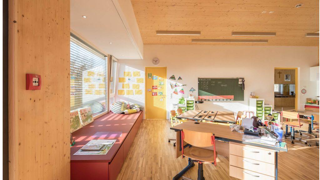 Licht und Holz schaffen ein wunderbares Ambiente in den Klassenzimmern der VS Götzendorf