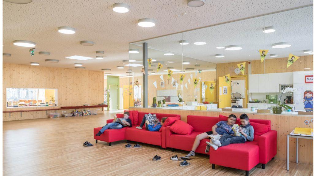 Räume, die verbinden, die Gemeinschaft fördern und in mit der Natürlichkeit nachhaltiger CLT Elemente Gemütlichkeit versprühen