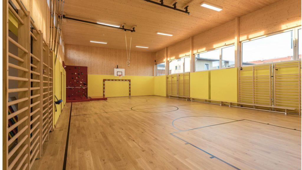 Der Turnsaal der Volksschule Götzendorf: Holz und helle Farben motivieren zur Bewegung