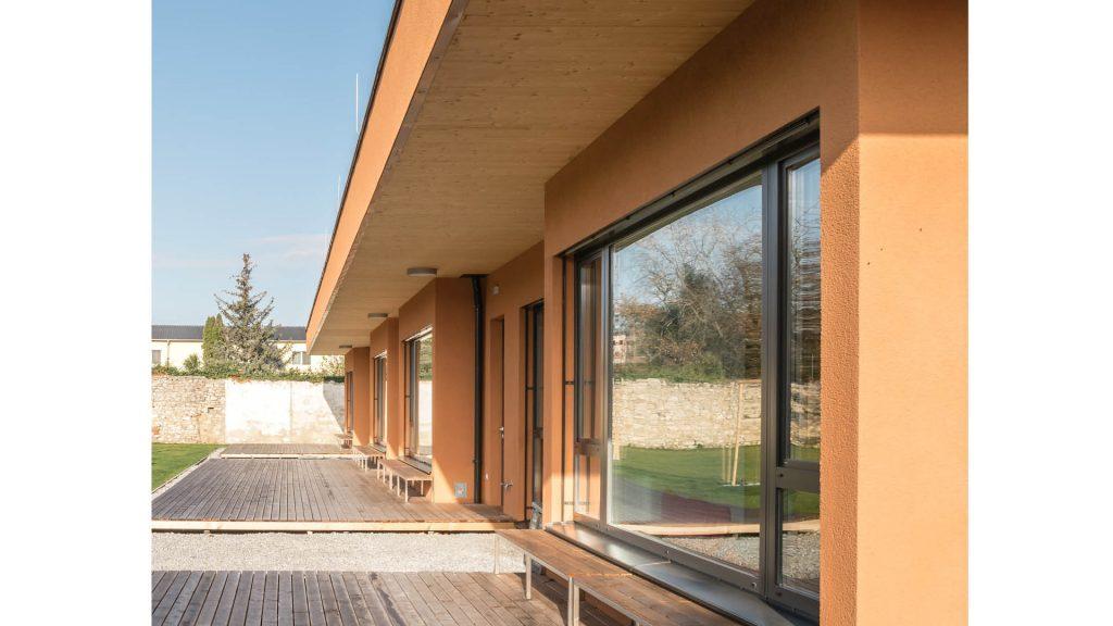 Große Glasflächen ins Grünfläche bei der Volksschule Götzendorf