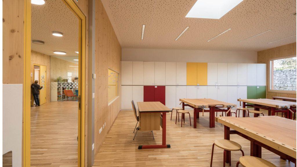 Freundliche Klassenzimmer mit viel Holz, so präsentiert sich die Schule in Götzendorf