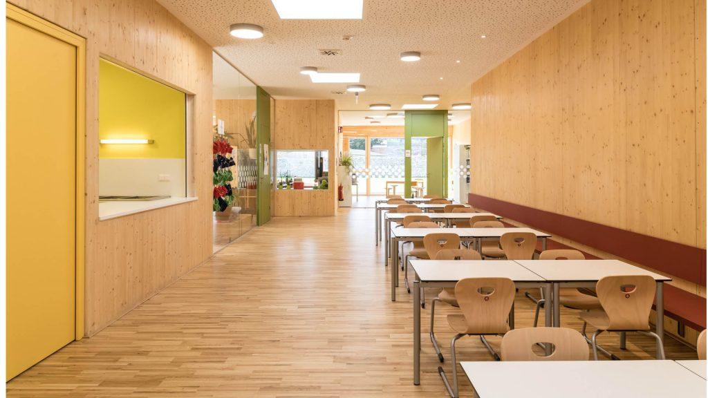 Holz und freizügige Grundrisse schaffen eine perfekte Lernumgebung für die kleinen Eleven.