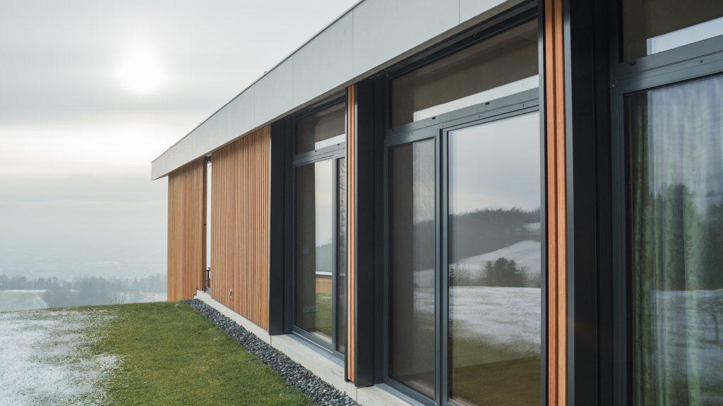 Hier wurde auch die Fassade mit Holz gestaltet und das gesamte Haus mit großzügigen Fenster- und Glasflächen ausgestattet.