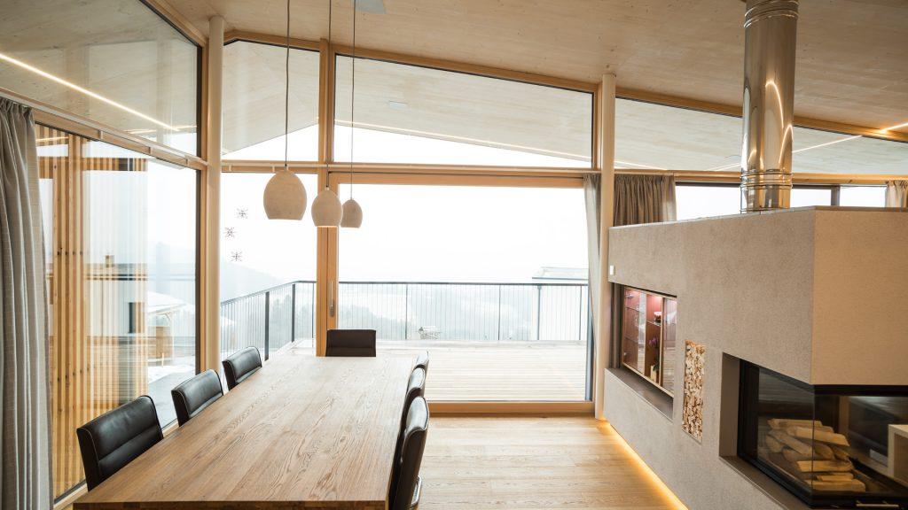 Freier Blick auf die Saualpe - Glas kombiniert mit Holz in perfekter Harmonie.