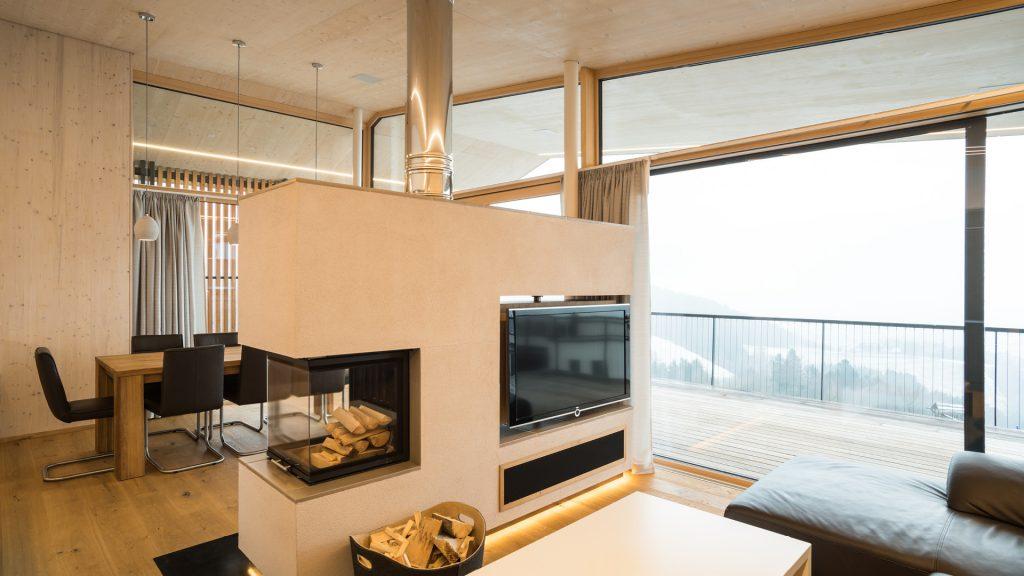 Ausblick auf das Lavanttal vom gemütlichen Wohnzimmer des Designhauses auf der Koralpe