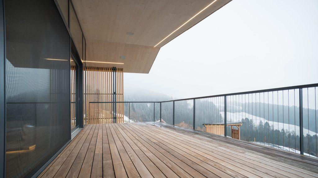Ausblick auf das Lavanttal umrahmt von wunderschönen Holzbau-Elementen.