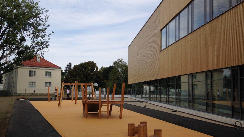 Die Volksschule in Wien wurde aus Massivholz-Elementen errichtet