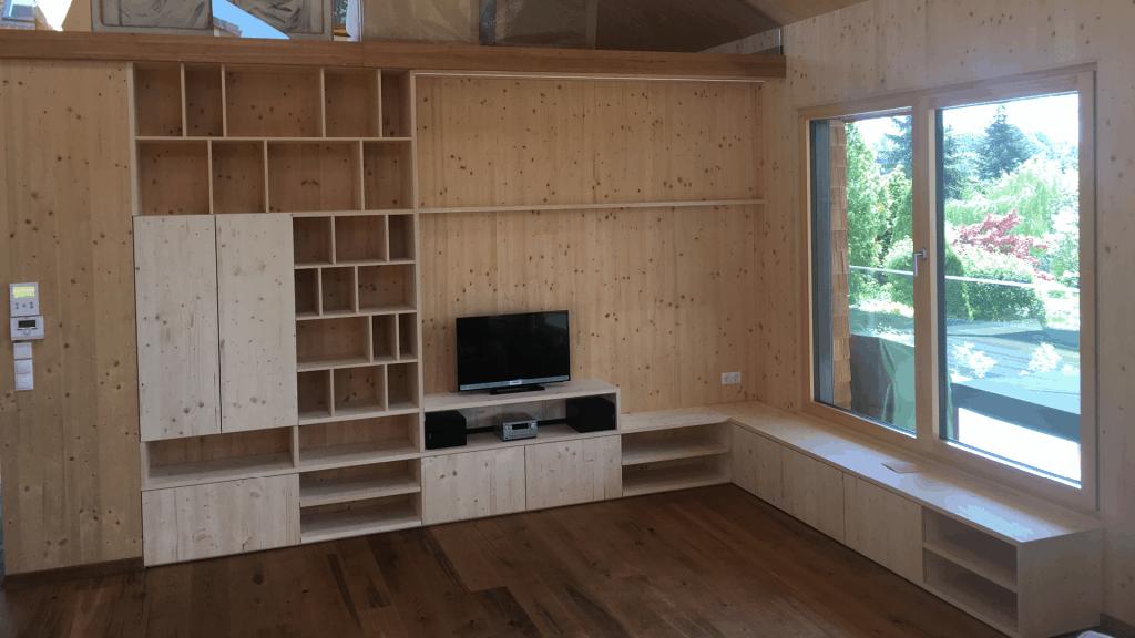 Sichtbares Holz ist tonangebend. Wände, Türen und Decken wurden aus konstruktivem Holz.