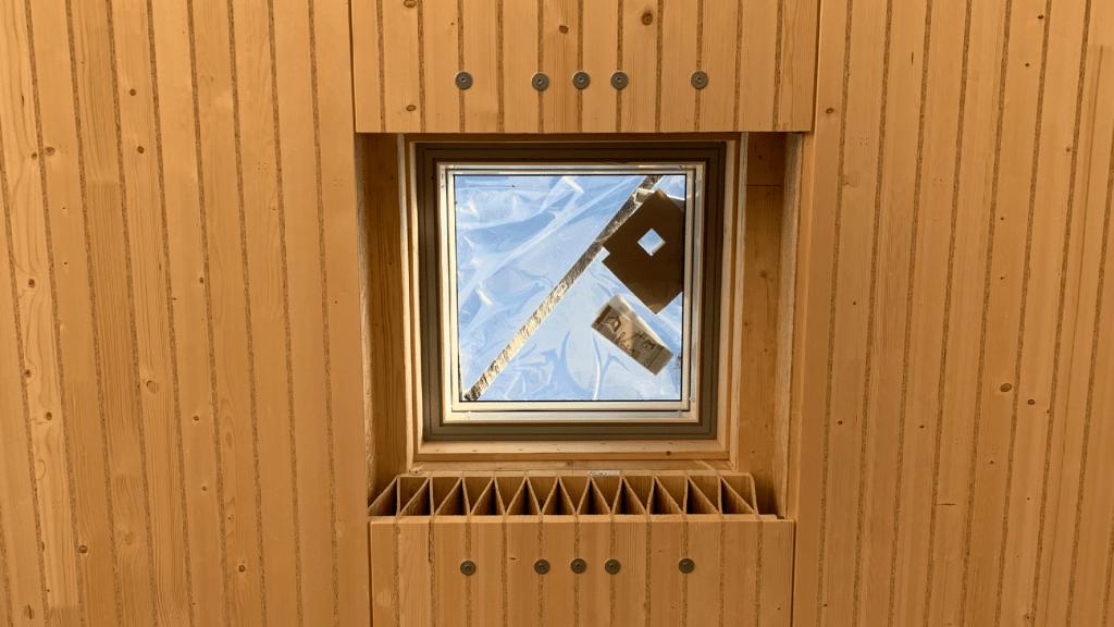 Das Kielsteg Deckenelement mit Lichtöffnung bietet spannende Ausblicke auf das schwebende CLT Element.
