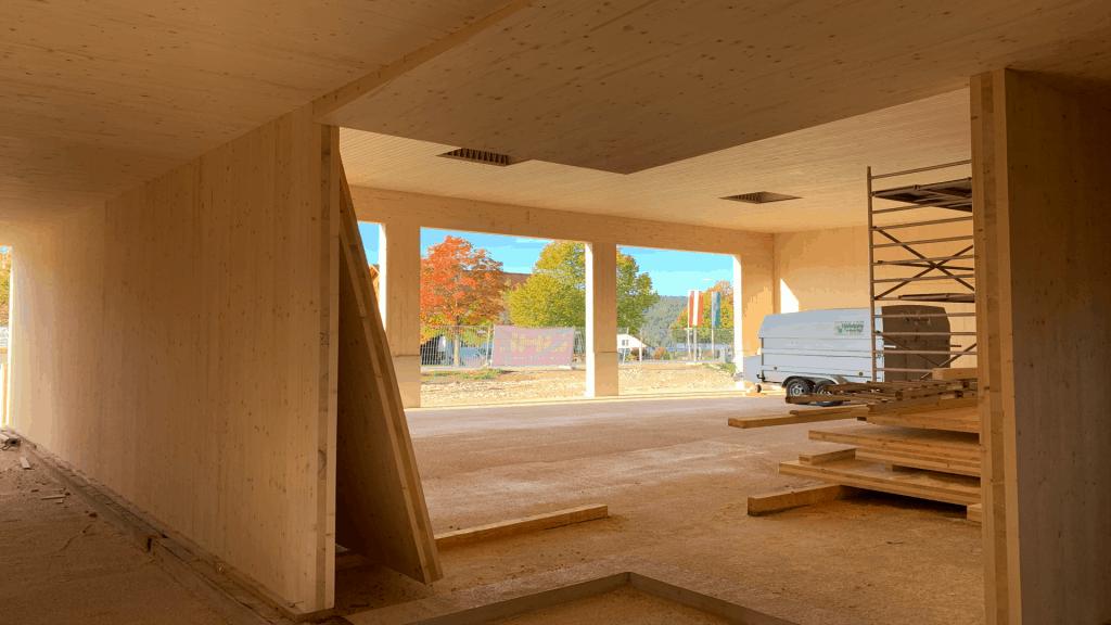 So sauber ist ein Holzbau: Wände aus CLT und Deckenelemente aus Kielsteg auf der Baustelle der FF St. Martin Wöllmißberg