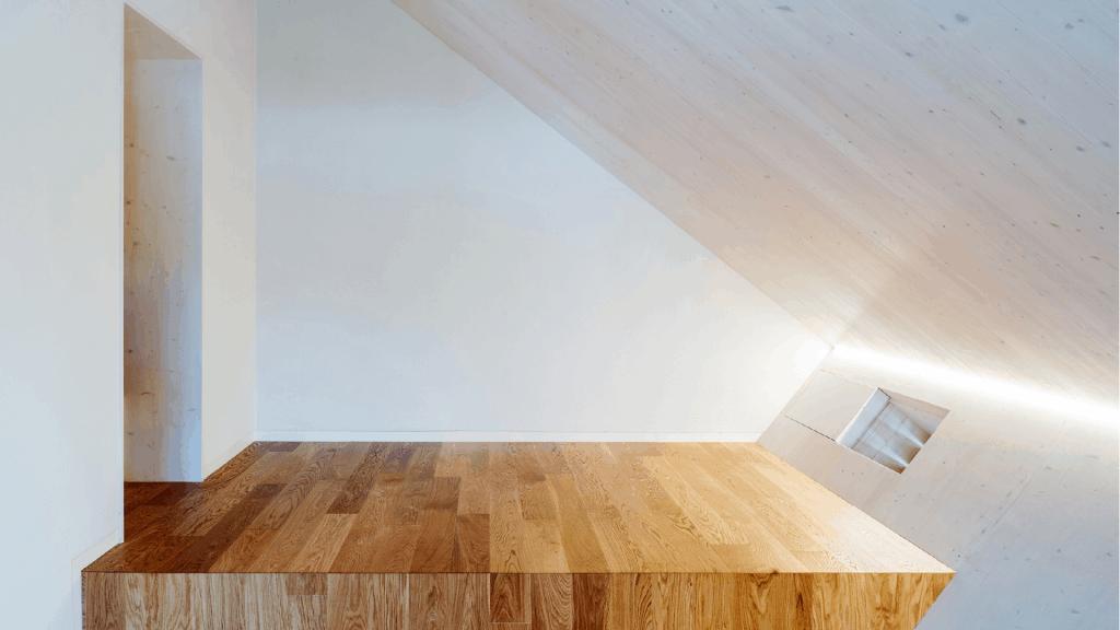 Die Sichtholzwände wurden weiß lasiert und im ganzen Haus raffiniert beleuchtet. Die gekonnt platzierte Lüftung leitet warme Luft ins Obergeschoss.